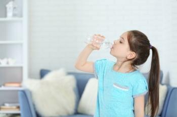 Ребенок пьет минеральную воду
