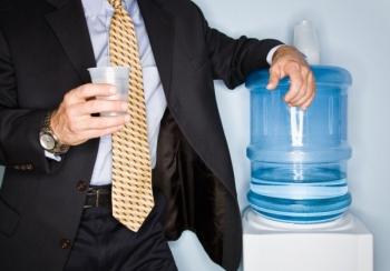 Кулер с бутылированной водой в офисе