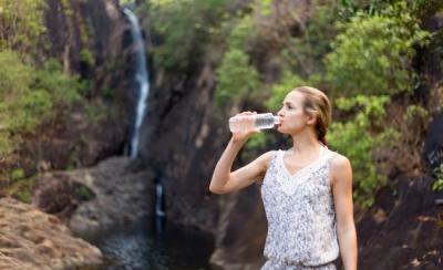 евушка пьет полезную горную воду